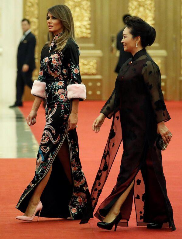 Các đệ nhất phu nhân Hoa Kỳ và Trung Quốc - Melania Trump và Bành Lệ Viện - tại nghi lễ đón tiếp trọng thể ở Bắc Kinh - Sputnik Việt Nam