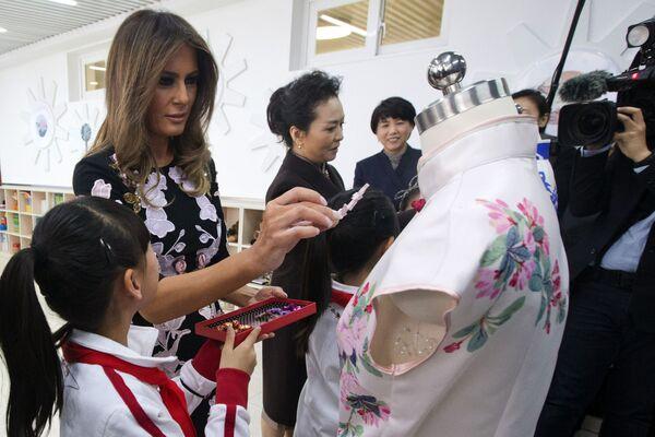 Các đệ nhất phu nhân Hoa Kỳ và Trung Quốc - Melania Trump và Bành Lệ Viện - trong  chuyến thăm trường Tiểu học Banchang ở Bắc Kinh - Sputnik Việt Nam