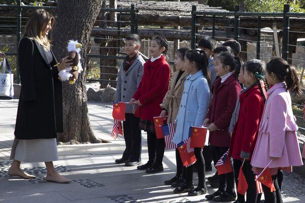 Đệ nhất phu nhân Hoa Kỳ Melania Trump với các trẻ em Trung Quốc tại Vườn thú Bắc Kinh - Sputnik Việt Nam