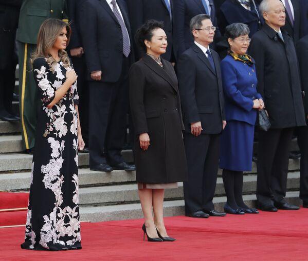 Các đệ nhất phu nhân Hoa Kỳ và Trung Quốc - Melania Trump và Bành Lệ Viện - trong  nghi lễ chào đón tại Đại lễ đường Nhân dân Bắc Kinh - Sputnik Việt Nam
