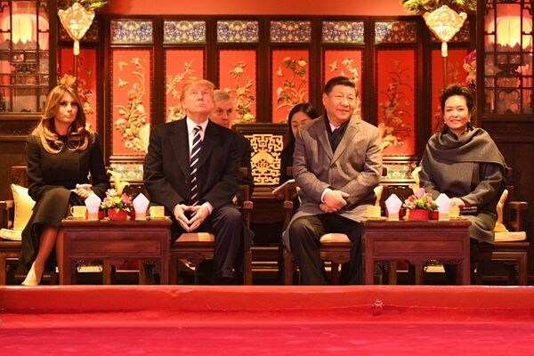 Tổng thống Hoa Kỳ Donald Trump và  phu nhân Melania thăm Tử Cấm Thành cùng với Chủ Tịch Trung Quốc Tập Cận Bình và phu nhân Bành Lệ Viện. - Sputnik Việt Nam