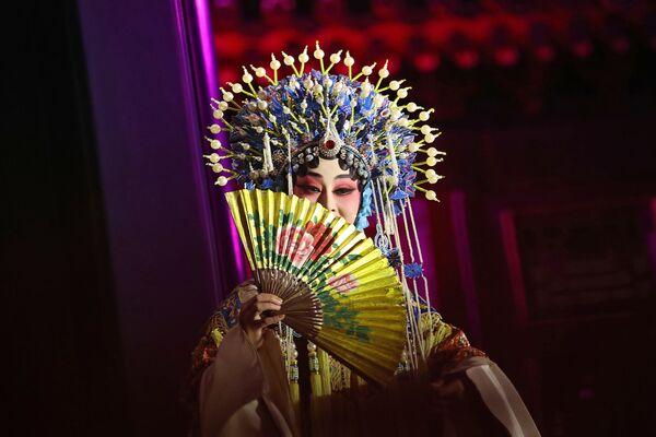 Nữ diễn viên kinh kịch Trung Quốc trong buổi trình diễn dành cho vợ chồng Tổng thống Hoa Kỳ Donald và Melania Trump - Sputnik Việt Nam