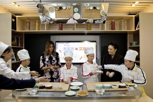 Các đệ nhất phu nhân Hoa Kỳ và Trung Quốc - Melania Trump và Bành Lệ Viện - trong giờ học nấu ăn tại trường Tiểu học Banchang ở Bắc Kinh - Sputnik Việt Nam