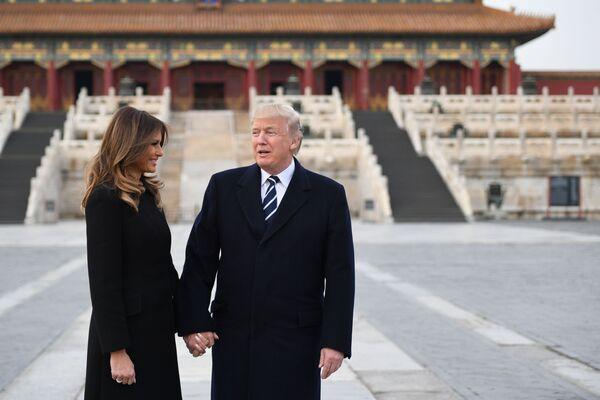 Đệ nhất phu nhân Hoa Kỳ Melania Trump và Tổng thống Hoa Kỳ Donald Trump thăm Tử Cấm Thành ở Bắc Kinh - Sputnik Việt Nam