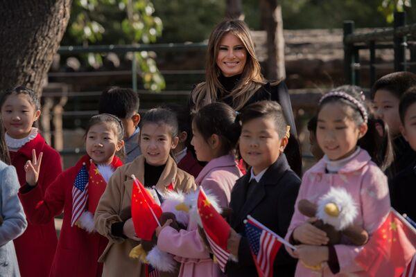 Đệ nhất phu nhân Hoa Kỳ Melania Trump vây quanh là các trẻ em cầm con đại bàng đồ chơi khi thăm Vườn thú Bắc Kinh - Sputnik Việt Nam