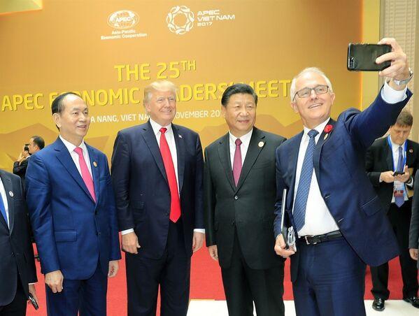 Thủ tướng Australia Malcolm Turnbull dùng điện thoại tự chụp ảnh kỷ niệm chung với Chủ tịch nước Trần Đại Quang, Tổng thống Hoa Kỳ Donald Trump và Chủ tịch Trung Quốc Tập Cận Bình tại phiên khai mạc hội nghị. - Sputnik Việt Nam