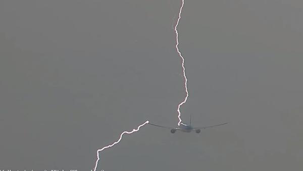 Video gây sốc: Sét đánh vào máy bay - Sputnik Việt Nam