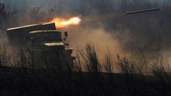Xe quân sự BM-21 của hệ thống pháo phản lực phóng loạt Grad trong quá trình bắn - Sputnik Việt Nam