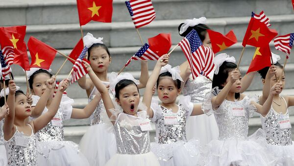 Các em nhỏ Việt Nam trước lễ đón Tổng thống Hoa Kỳ Donald Trump tại Hà Nội - Sputnik Việt Nam