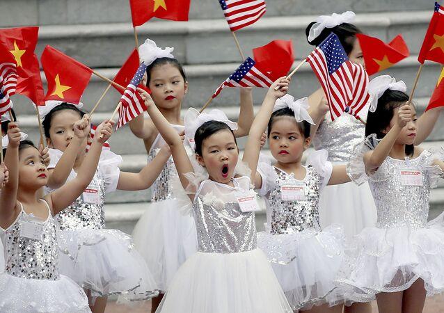 Các em nhỏ Việt Nam trước lễ đón Tổng thống Hoa Kỳ Donald Trump tại Hà Nội