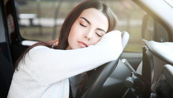 Cô gái mệt mỏi ngủ gục sau tay lái ô tô - Sputnik Việt Nam