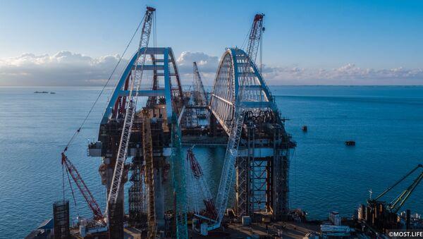 Lắp đặt nhịp vòm cầu đường nhựa qua eo biển Kerch, Crưm. - Sputnik Việt Nam