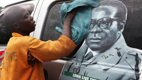 Xe buýt với hình ảnh Tổng thống Robert Mugabe - Sputnik Việt Nam