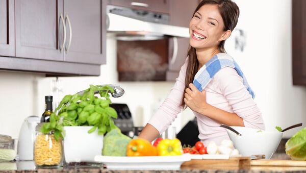 Счастливая девушка на кухне - Sputnik Việt Nam