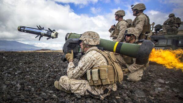 Американские солдаты ведут огонь из переносного противотанкового ракетного комплекса Javelin - Sputnik Việt Nam