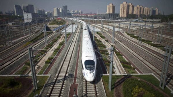 CRH high-speed train leaves the Beijing South Station for Shanghai during a test run on the Beijing-Shanghai high-speed railway in Beijing, China - Sputnik Việt Nam