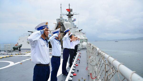 Cán bộ, chiến sĩ Tàu 012-Lý Thái Tổ thực hiện nghi lễ chào cảng tại quân cảng Cam Ranh, Khánh Hòa. - Sputnik Việt Nam