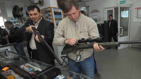 Работа магазина по продаже охотничьего и травматического оружия в Челябинске - Sputnik Việt Nam