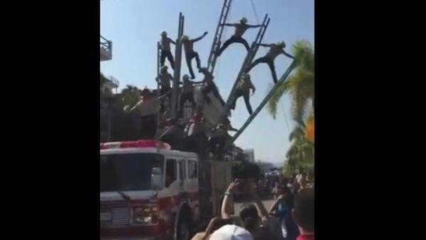 Tai nạn của lính cứu hỏa trong lễ hội ở Mexico - Sputnik Việt Nam