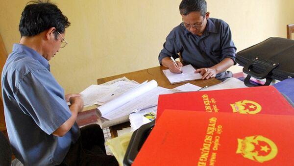 Tài sản của chung hai vợ chồng thì ghi sổ đỏ tên hai vợ chồng - Sputnik Việt Nam