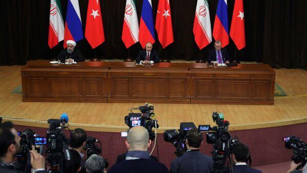 Tổng thống Nga Vladimir Putin, Tổng thống Iran Hasan Rukhani và Tổng thống Thổ Nhĩ Kỳ Recep Tayyip Erdogan trong một thông cáo báo chí chung sau cuộc họp - Sputnik Việt Nam