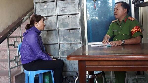 Công an làm việc với bà Linh, chủ cơ sở mầm non bạo hành trẻ em. - Sputnik Việt Nam