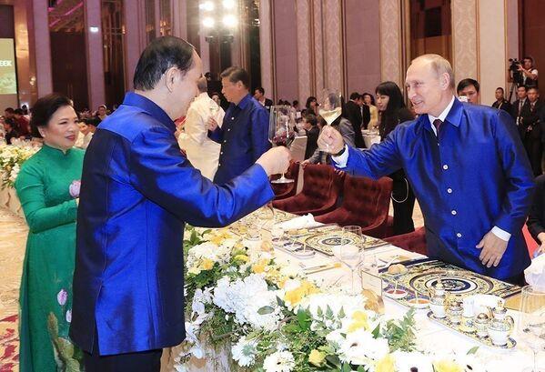Chủ tịch nước Trần Đại Quang nâng cốc chúc mừng Tổng thống Nga Vladimir Putin tại Tiệc chiêu đãi chào mừng các nhà Lãnh đạo APEC và Phu nhân, tối 10/11. - Sputnik Việt Nam