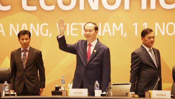"""Chủ tịch nước Trần Đại Quang, Chủ tịch Hội nghị Cấp cao APEC lần thứ 25 chào mừng Lãnh đạo các nền kinh tế dự Phiên họp kín thứ nhất với chủ đề """"Tăng trưởng sáng tạo, phát triển bao trùm và việc làm bền vững trong kỷ nguyên số"""" của Hội nghị các Nhà lãnh đạo Kinh tế APEC lần thứ 25, sáng 11/11. - Sputnik Việt Nam"""