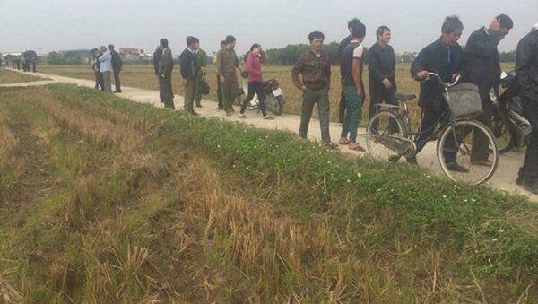 Người dân tập trung tại hiện trường để theo dõi vụ việc. - Sputnik Việt Nam