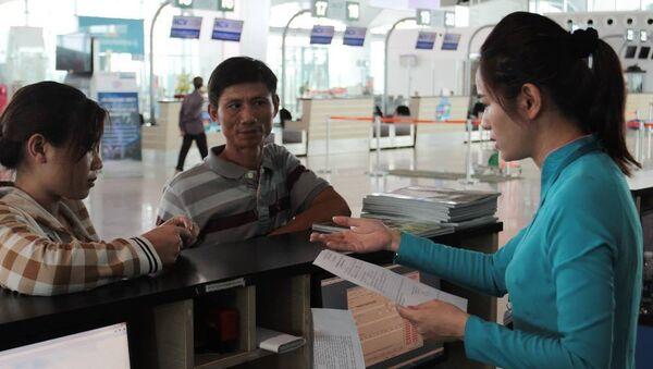 Hành khách làm thủ tục lên máy bay ngoài CMND còn có các loại thẻ khác, trong đó có thẻ đảng viên, thẻ nhà báo và giấy phép lái xe. - Sputnik Việt Nam