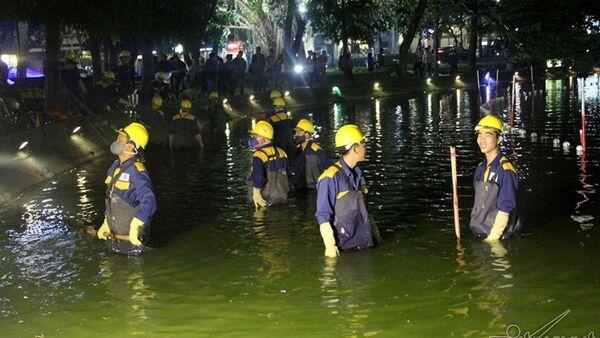 Công nhân xuống trực tiếp hồ để nạo vét thủ công - Sputnik Việt Nam