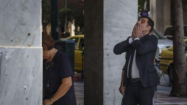 Người dân  Athens  rút tiền  ở trạm ATM - Sputnik Việt Nam