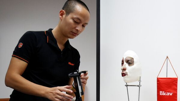 Ông Ngô Tuấn Anh - Phó chủ tịch phụ trách bộ phận An ninh mạng của Bkav trình bày thao tác bẻ khóa Face ID của Apple iPhone X với chiếc mặt nạ 3D trong văn phòng tại Hà Nội, Việt Nam - Sputnik Việt Nam
