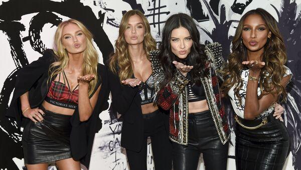 Các người mẫu của  Victoria's Secret:  Romy Streid, Josephine Skinner, Adriana Lima và Jasmine Tux ở New York, Mỹ - Sputnik Việt Nam