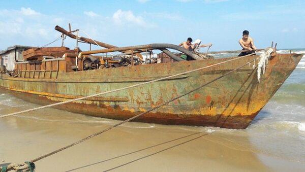 Tàu lạ trôi dạt trên biển - Sputnik Việt Nam