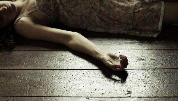 Женщина, лежащая на полу - Sputnik Việt Nam