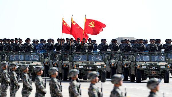 Quân đội Giải phóng Nhân dân Trung Quốc (PLA) đi diễu hành trong lễ diễu quân để kỷ niệm 90 năm thành lập quân đội tại Khu tự trị Nội Mông, Trung Quốc ngày 30 tháng 7 năm 2017 - Sputnik Việt Nam