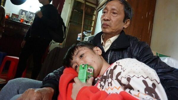 Cậu bé cho biết, hai năm nay mới biết mùi vị bát phở và được uống sữa. - Sputnik Việt Nam