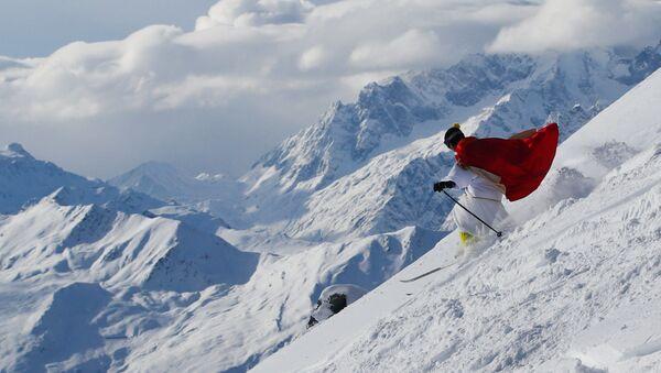 Ông già Noel trượt tuyết tại khu nghỉ trượt tuyết Verbier, Thụy Sĩ - Sputnik Việt Nam