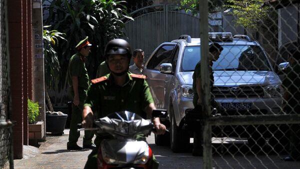 Sau khi khám xét, ông Minh bị áp giải lên xe công an - Sputnik Việt Nam