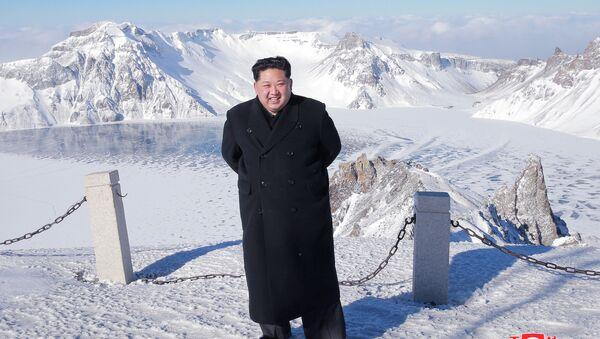 Lãnh tụ Bắc Triều Tiên Kim Jong-un lại một lần nữa lên núi thiêng Paektu cao 2700 mét. - Sputnik Việt Nam