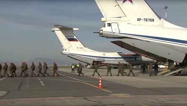 Cục Thông tin và Truyền thông của Bộ Quốc phòng Liên bang Nga đã xuất bản video ghi lại cảnh đón chào tại Makhachkala các cảnh sát quân sự trở về từ Syria. - Sputnik Việt Nam