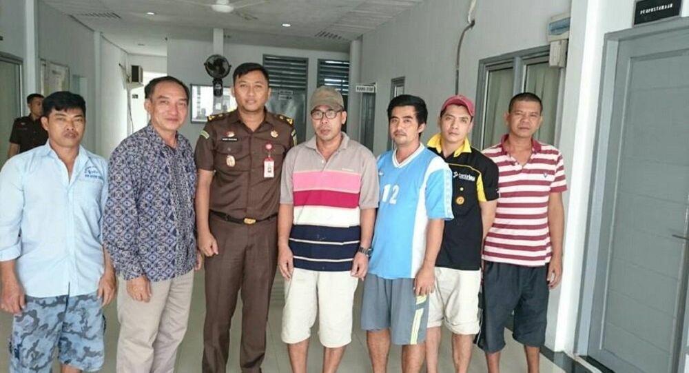 Đại diện Đại sứ quán Việt Nam tại Indonesia (thứ hai từ trái sang) đã đến trại tạm giam ở Natuna, Indonesia thăm 4 thuyền trưởng tuyệt thực
