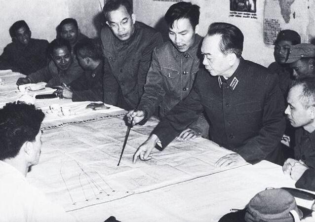 Đại tướng Võ Nguyên Giáp nghe Bộ Tư lệnh Quân chủng PK-KQ báo cáo phương án tác chiến đánh B-52, năm 1972