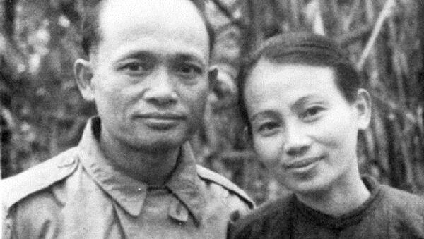 Cố Bộ trưởng Bộ Tài Chính Lê Văn Hiến và bà Lê Thị Xuyến tại ATK năm 1948. - Sputnik Việt Nam