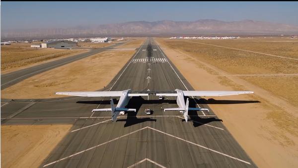 Máy bay lớn nhất thế giới được thử nghiệm trên đường băng tại Mỹ - Sputnik Việt Nam