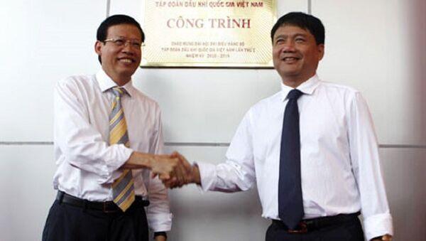 Ông Đinh La Thăng và ông Phùng Đình Thực gắn biển một công trình ngành dầu khí năm 2010. - Sputnik Việt Nam