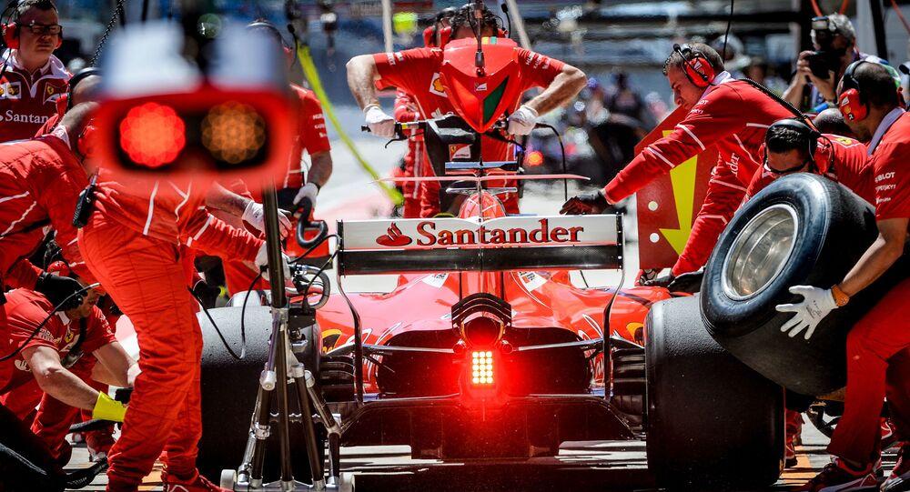 Các kỹ thuật viên của đội Ferrari chuẩn bị xe đua vô địch thế giới Grand Prix of Russia trong cuộc thi Công thức-1.