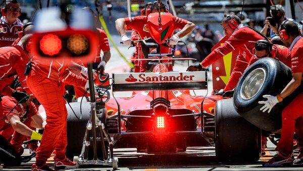 Các kỹ thuật viên của đội Ferrari chuẩn bị xe đua vô địch thế giới Grand Prix of Russia trong cuộc thi Công thức-1. - Sputnik Việt Nam