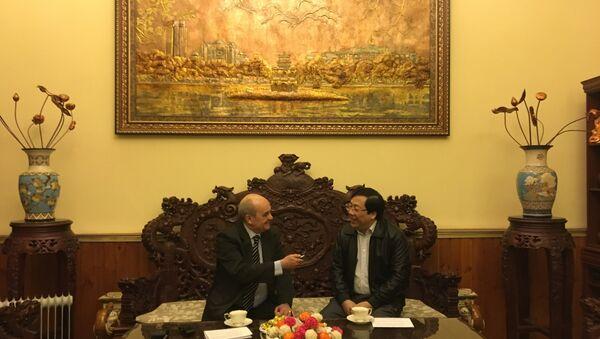 Đại sứ CHXHCN Việt Nam tại Liên Bang Nga Nguyễn Thanh Sơn trả lời phỏng vấn của phóng viên Alexei Syunnerberg - Sputnik Việt Nam